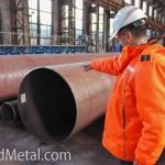 Гендиректор ЗСП Сергей Митусов показывает готовые сварные трубы