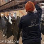 Рабочие подвешивают стальные изделия к траверсам - Компания Металл Инвест