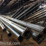 Столбы освещения подвешены к траверсам перед цинкованием - Компания Металл Инвест