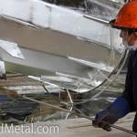 Готовую конструкцию поднимают из ванны с цинком - Компания Металл Инвест