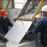 Готовые метизы высыпают в специальный поддон - Компания Металл Инвест